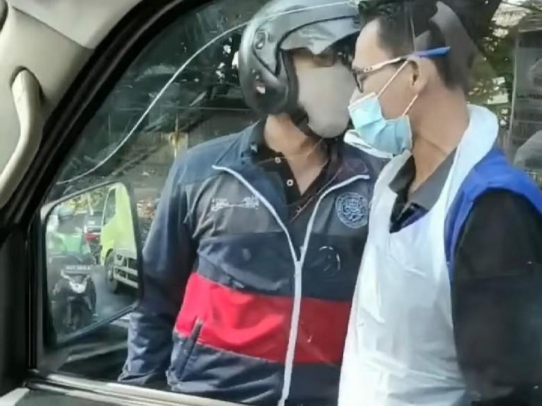 Pemotor Cekcok dengan Sopir Ambulans Gegara Hampir  Serempetan