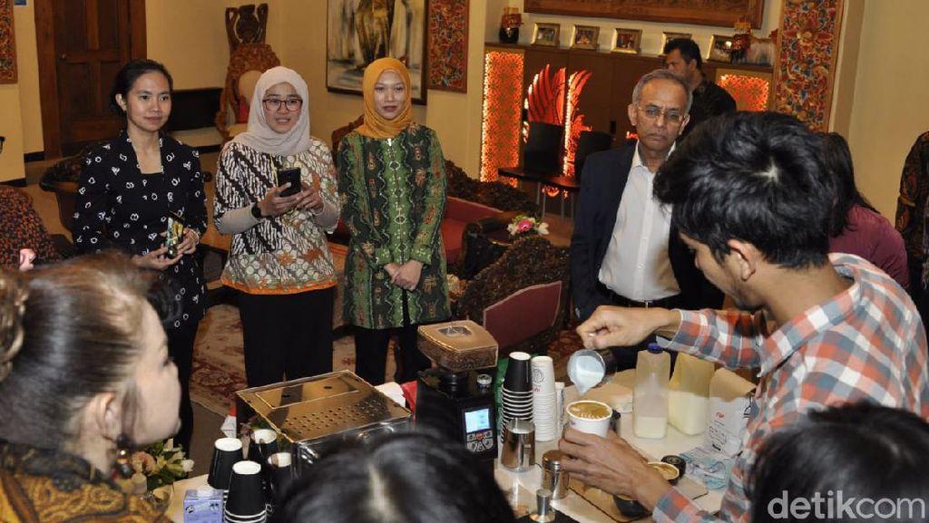 Keseruan Dubes ASEAN Belajar Racik Kopi Indonesia di Selandia Baru