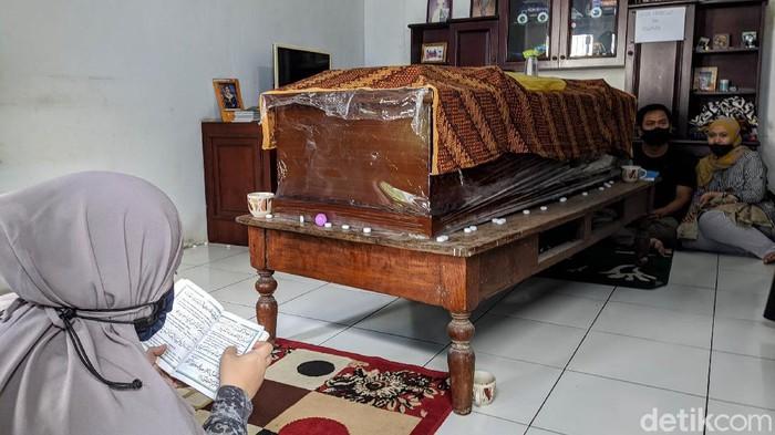 Suasana duka terlihat di rumah Yodi Prabowo, editor Metro TV yang diduga menjadi korban pembunuhan, di Jl Allen Raya, Rempoa, Tangsel, Sabtu (10/7/2020). Diketahui, Yodi ditemukan meninggal dunia di pinggir Jalan Tol JORR Ulujami. Sebelumnya, korban dinyatakan hilang sejak 3 hari yang lalu. Yodi diduga tewas dibunuh.