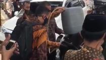 Video Mobil RI 2 Isi BBM Pake Jeriken di Jalan