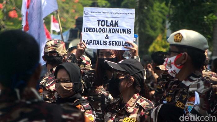 Massa dari berbagai ormas melakukan longmarch dari Gedung DPRD Sumedang menuju ke bundaran Alam Sari. Mereka menolak RUU Haluan Ideologi Pancasila (HIP).