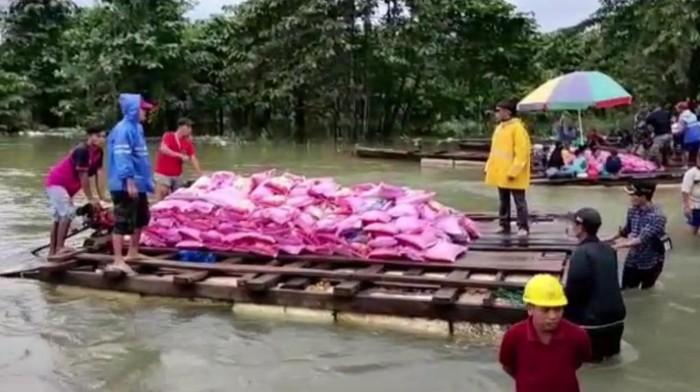 Penyaluran bantuan untuk warga terdampak banjir di Konawe Utara, Sulawesi Tenggara, Minggu (12/7/2020)