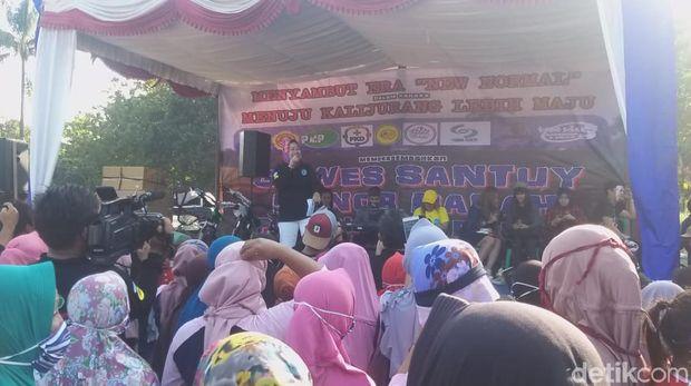Bupati Brebes Idza Priyanti hadiri kegiatan gowes massal di Desa Kalijurang, Minggu (12/7/2020).