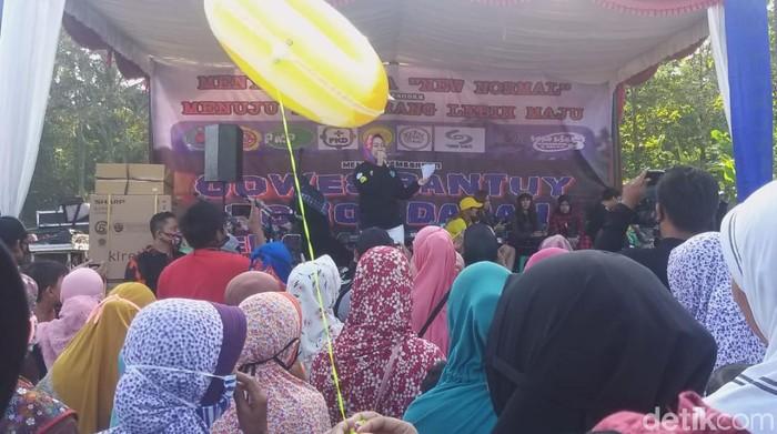 Bupati Brebes Idza Priyanto hadiri kegiatan gowes massal di Desa Kalijurang, Minggu (12/7/2020).