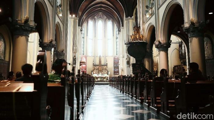 Setelah sekian lama ditutup akibat pandemi COVID-19, Gereja Katedral Jakarta, resmi kembali dibuka untuk ibadah, Minggu (12/07/2020). Begini suasana misanya.