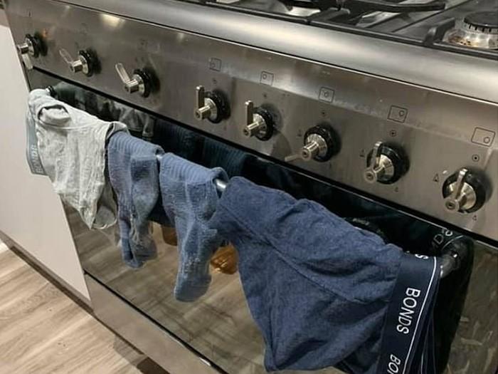 Jemur pakaian dalam di oven.