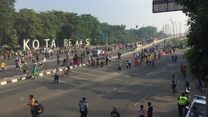 Kawasan Car Free Day yang berlokasi di Flyover KH Noer Ali Summarecon Bekasi ramai dikunjungi warga untuk berolahraga.