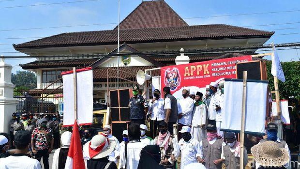 Massa aksi menolak RUU HIP di depan gedung DPRD Kebumen, Minggu (12/7/2020).