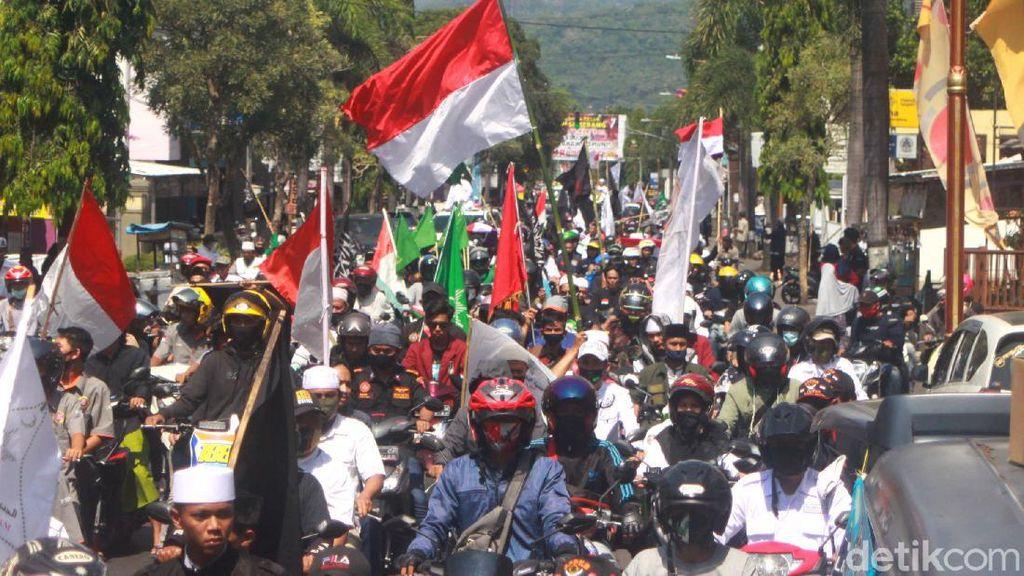 Massa Ormas Tolak RUU HIP Long March ke Bundaran Alam Sari Sumedang