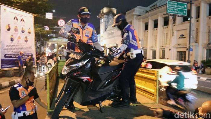 Puluhan sepeda motor diangkut Dishub Kota Bandung menggunakan truk karena melakukan parkir liar. Peristiwa itu terjadi di Jalan Asia Afrika, Sabtu (11/7/2020) malam.