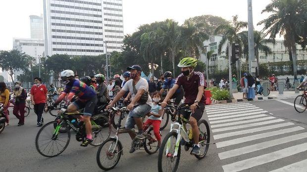 Pesepeda-pelari kembali padati Bundaran HI meski tak ada CFD, Minggu (12/7/2020)