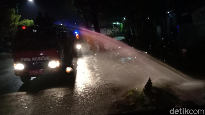 Petugas gabungan patroli titik keramaian di Jepara, Sabtu (11/7/2020).