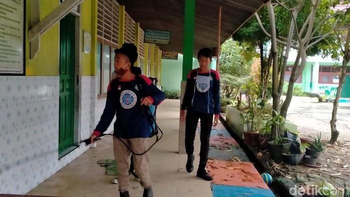 Petugas melakukan penyemprotan disinfektan di sejumlah sekolah di Samarinda