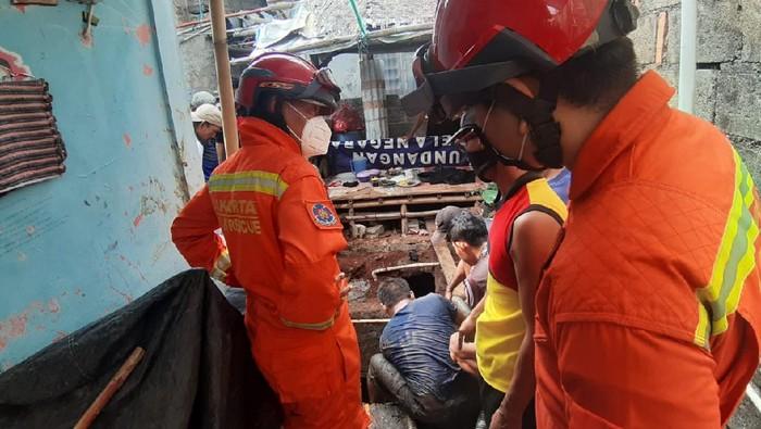 Proses evakuasi pria tercebur ke septic tank.