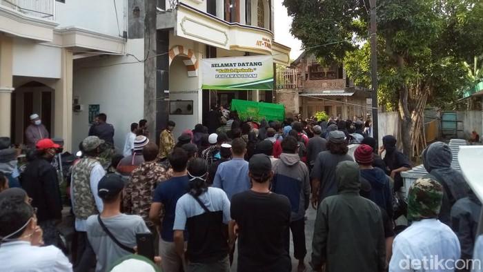 Suasana pelayat yang datang untuk menyalatkan jenazah Ikhsan di Sukoharjo, Minggu (12/7/2020).