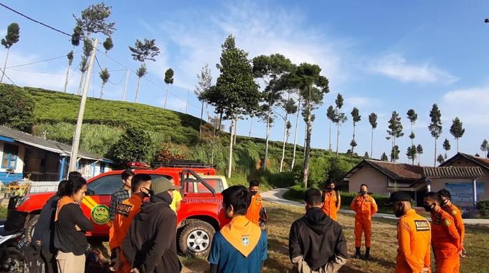 Tim SAR Bandung mencari kakek yang diduga tersesat di kebun teh