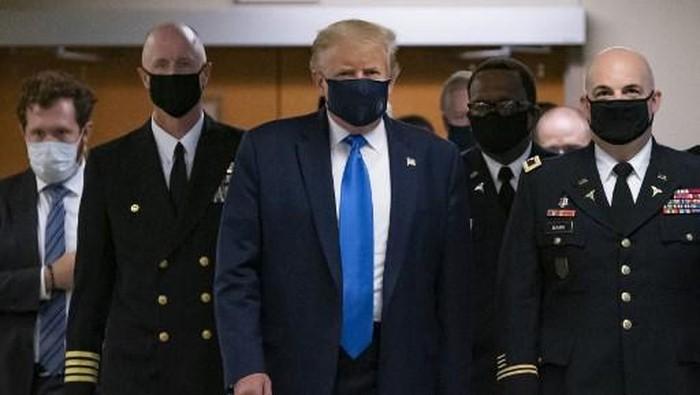 Presiden AS Donald Trump mengenakan masker pertama kali di depan umum ketika ia mengunjungi Pusat Medis Militer Nasional Walter Reed di Bethesda, Maryland pada 11 Juli 2020. (Foto oleh ALEX EDELMAN / AFP)