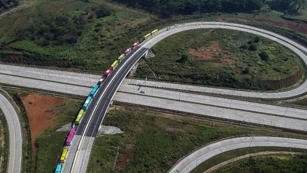 Rombongan armada wisata bus PO 44 Trans melintas saat tur wisata normal baru di tol Batang, Kabupaten Batang, Jawa Tengah, Minggu (12/7/2020).