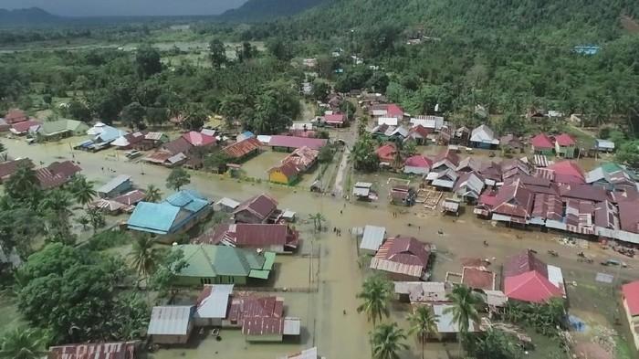 Foto udara banjir melanda Desa Labungga, Kecamatan Andowia, Konawe Utara, Sultra, Minggu (12/7/2020). Banjir akibat luapan Sungai Lalindu dan Sungai Lasolo tersebut mengakibatkan 1.267 rumah di tujuh kecamatan terendam banjir dan menyebabkan 3.741 warga terpaksa harus mengungsi. ANTARA FOTO/Asrun/JJ/aww.