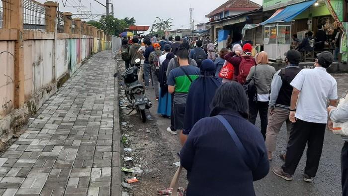 Antrean calon penumpang KRL di Stasiun Bojonggede, Bogor.