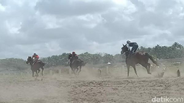 Kehadiran joki dengan kuda-kuda balap berpostur tegap, tinggi, besar cukup mendapat antusiasme dari masyarakat dan wisatawan yang hendak berlibur ke pantai Madasari, Cimerak, Pangandaran. (Faizal Amiruddin/detikTravel)