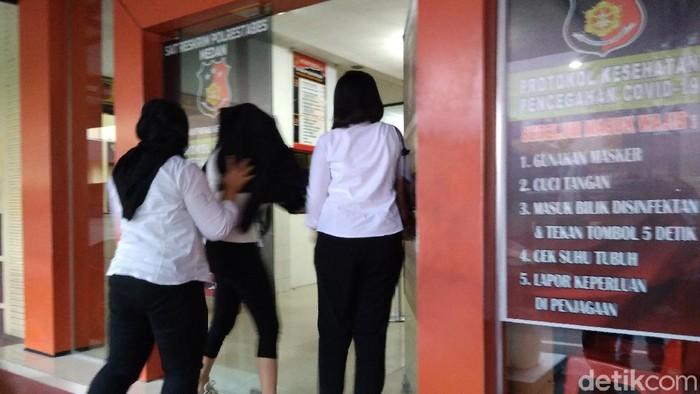 Artis FTV, Hana Hanifah, dibawa ke RS Bhayangkara untuk pengecekan kesehatan dan tes Corona (Datuk Haris/detikcom)