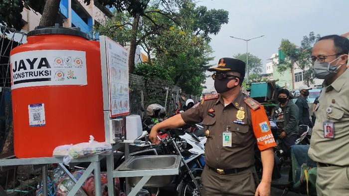 ASN Patroli Protokol Kesehatan COVID-19 di Pasar Minggu