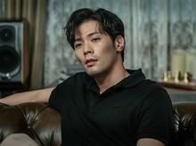 Choi Daniel Curi Atensi di Its Okay To Not Be Okay, Ini 8 Potret Gantengnya