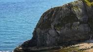 Turis Bertaruh Nyawa Demi Foto Selfie di Atas Tebing