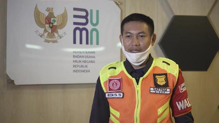Egi Sandi Saputra, petugas KRL jujur yang kembalikan uang Rp 500 juta.
