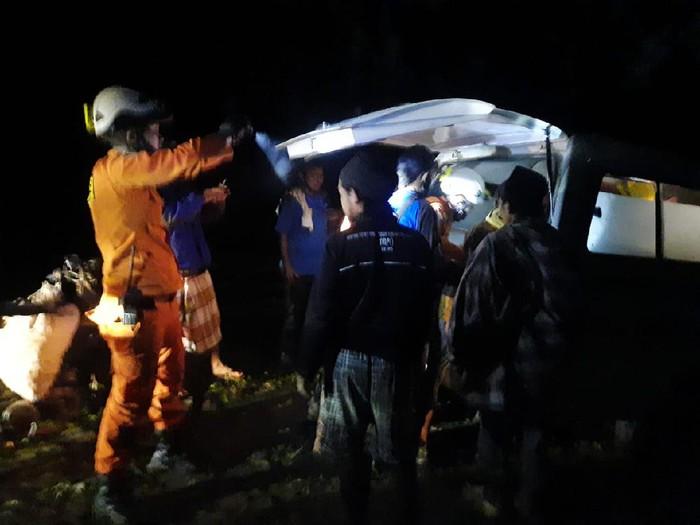 Evakuasi 6 petugas PDAM yang jatung ke jurang akibat disengat tawon di Bantaeng, Sulsel