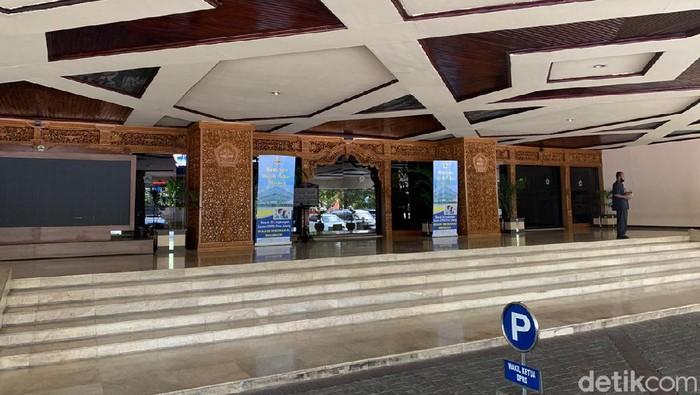 Lantai 3 gedung DPRDJ Jateng ditutup sementara. Penutupan dilakukan inmbas ada anggota yang meninggal terinfeksi Corona.