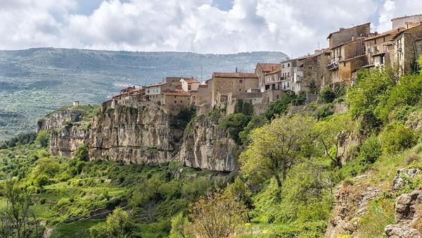 Dua highlits geologis yang paling menonjol dari Maestrazgo UNESCO Global Geopark (Spanyol) adalah situs dinosaurus Jurassic-Cretaceous di Galve di mana dinosaurus pertama di Spanyol ditemukan. (UNESCO)