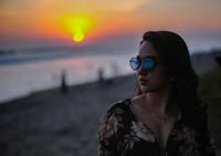 Momen ketika Hana sedang menikmati sunset cantik di pantai Bali(Instagram)