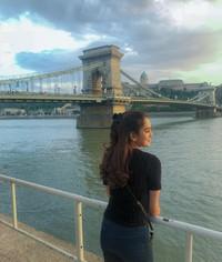 Terakhir, Hana juga pernah liburan ke Inggris. Di sana ia berfoto di dekat jembatannya yang ikonik(Instagram)