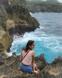 Hana juga pernah liburan ke Nusa Penida. Di sana ia duduk termenung melihat ombak(Instagram)