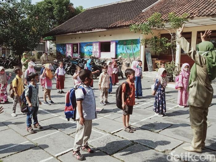 Hari pertama sekolah di SDN 2 Delanggu, Klaten, Senin (13/4/2020).