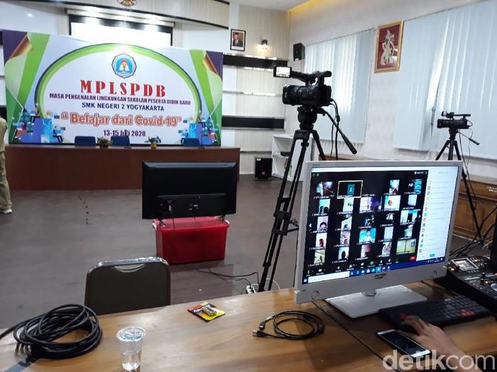 Hari pertama sekolah di SMKN 2 Yogyakarta, Senin (13/7/2020).