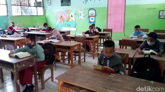 Masuki tahun ajaran baru 2020/2021, SMPN 2 Brebes jadi sekolah percontohan KBM tatap muka di sekolah. Siswa dan guru diwajibkan pakai masker saat beraktivitas.