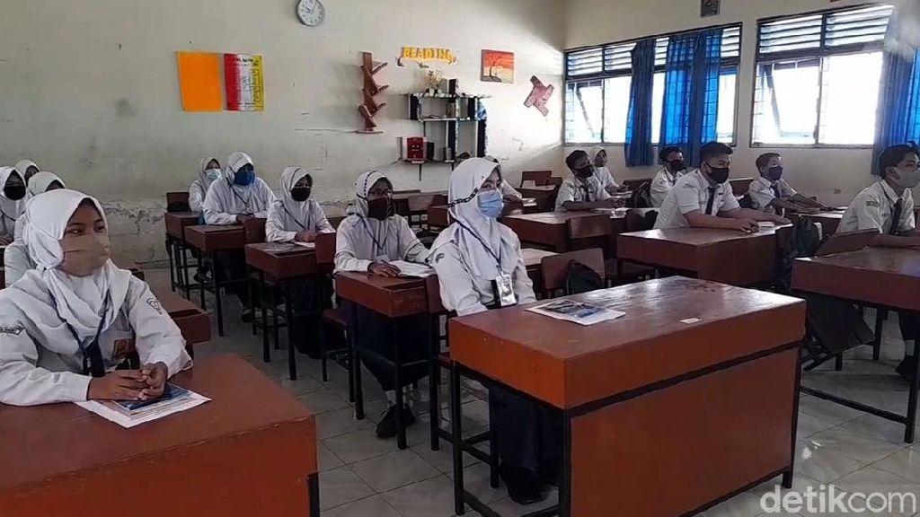 Hari Pertama Sekolah, Siswa di Brebes Kompak Pakai Masker