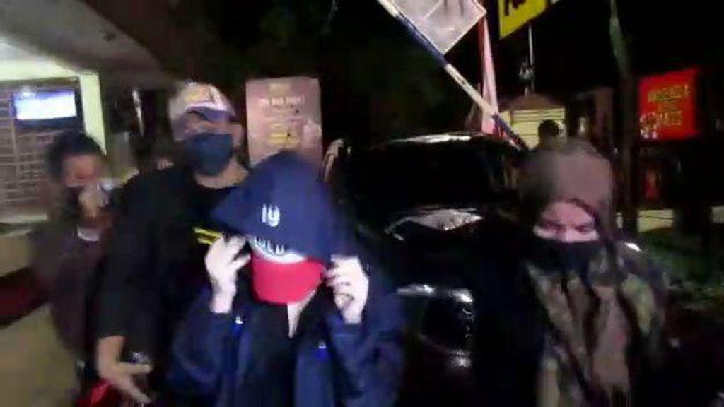 Penampakan Artis FTV Diduga Terkait Prostitusi Saat Tiba di Polrestabes Medan