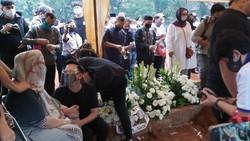 Hadiri Pemakaman Ayah Ivan Gunawan, Ini yang Dilakukan Ruben Onsu