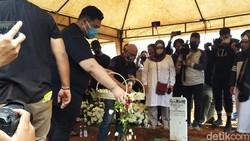 Ayah Ivan Gunawan Meninggal Dunia, Ini Suasana Pemakamannya