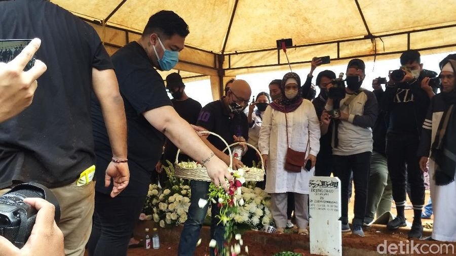 Pemakaman ayah Ivan Gunawan di TPU Kampung Kandang.