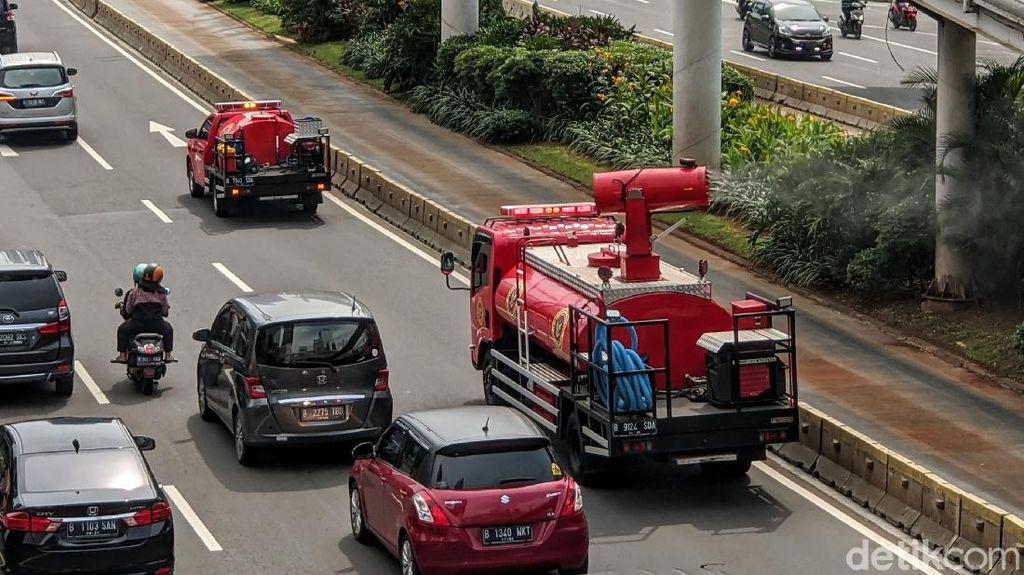 Jalan Protokol DKI Jakarta Terus Disemprot Disinfektan