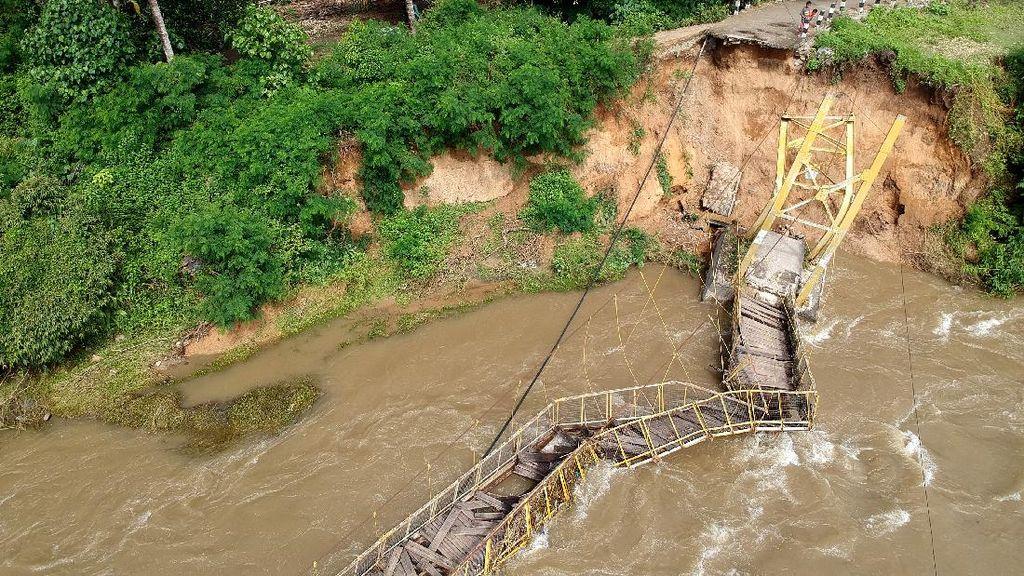 Jembatan Gantung di Gorontalo Ambruk Akibat Abrasi