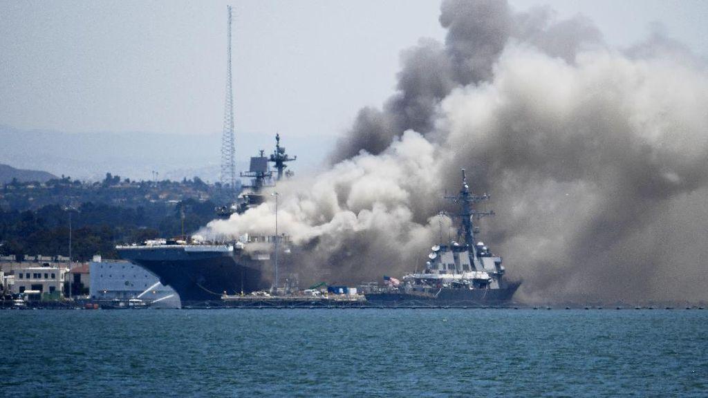 Kapal Perang AS Terbakar di San Diego