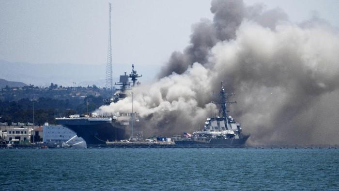 Kapal perang USS Bonhomme Richard milik Amerika Serikat ( AS) meledak dan terbakar pada Minggu (12/7/2020) waktu setempat. Kapal terbakat saat berlabuh di pangkalan Angkatan Laut San Diego.