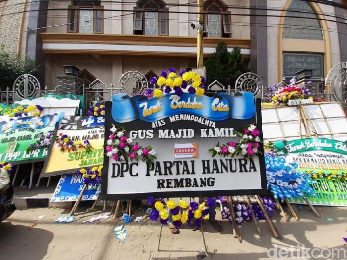 Karangan bunga duka cita meninggalnya KH Majid Kamil MZ atau Gus Kamil di Ponpes Al-Anwar Sarang,Rembang, Senin (13/7/2020).  (Arif Syaefudin/detikcom)
