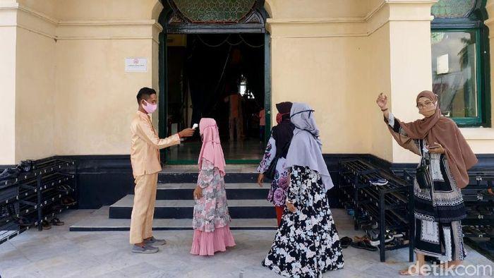 Objek wisata Istana Siak di Riau kembali dibuka untuk umum. Sejumlah protokol kesehatan diterapkan guna mencegah penyebaran COVID-19.